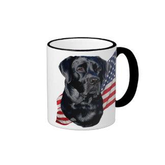 Labrador retriever y bandera negros tazas