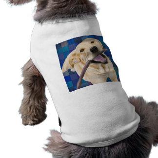 Labrador rubio que sonríe con la alegría, mastican playera sin mangas para perro