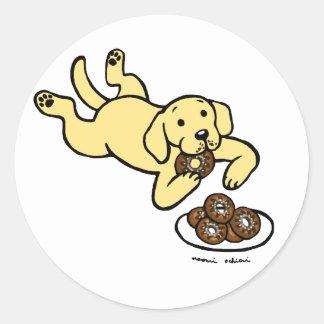 ¡Labrador y buñuelos amarillos! Pegatina Redonda