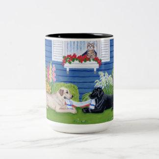 Labradors en la pintura del jardín taza de café