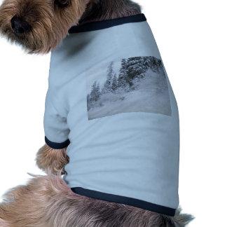 Ladera con los árboles de pino cubiertos con nieve camiseta de mascota