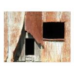 Lado de la foto rústica de la ventana vieja del tarjetas postales