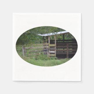 lado izquierdo de la parada de madera del granero servilleta desechable