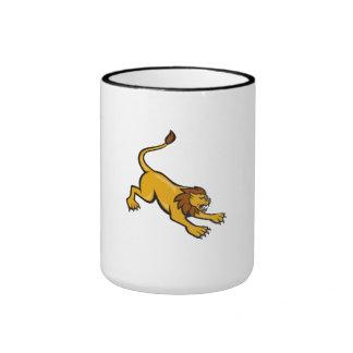 Lado que ataca del león enojado taza de café