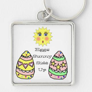 Lado soleado de los huevos encima del llavero de P
