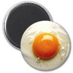 Lado soleado del huevo frito encima de la foto iman