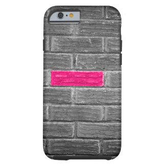 Ladrillo rosado en una pared negra y blanca