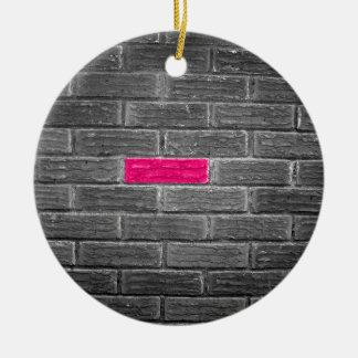 Ladrillo rosado en una pared negra y blanca adorno redondo de cerámica
