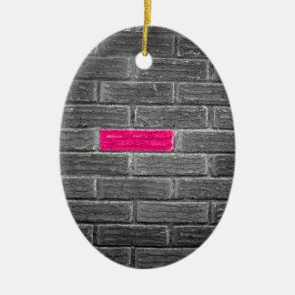 Ladrillo rosado en una pared negra y blanca adorno ovalado de cerámica