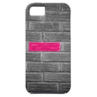 Ladrillo rosado en una pared negra y blanca iPhone 5 carcasa