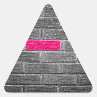 Ladrillo rosado en una pared negra y blanca calcomanía de triangulo