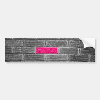 Ladrillo rosado en una pared negra y blanca pegatina para auto