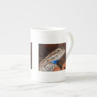Lagarto de cerca taza de porcelana