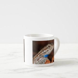 Lagarto de cerca taza espresso
