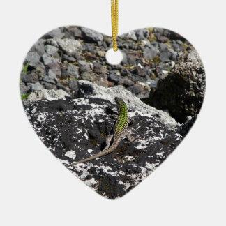 Lagarto verde en una roca adorno navideño de cerámica en forma de corazón