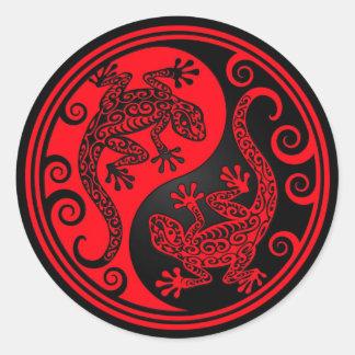 Lagartos rojos y negros de Yin Yang Etiquetas Redondas