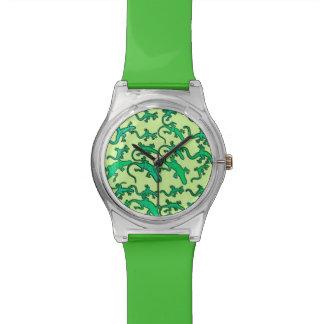 Lagartos verdes en un fondo de la verde lima reloj de mano