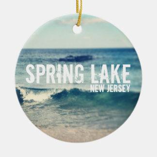 Lago 2013 spring - recuperación en la orilla del adorno redondo de cerámica