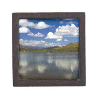 Lago alpino en la divisoria continental cajas de joyas de calidad