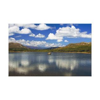 Lago alpino en la divisoria continental lienzo envuelto para galerias