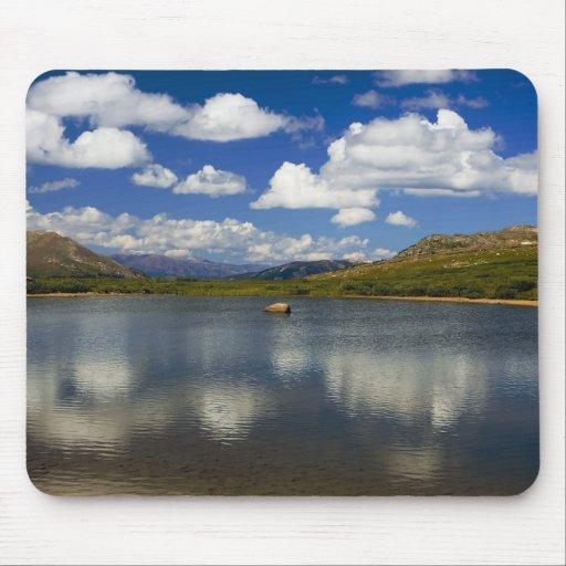 Lago alpino en la divisoria continental mouse pad