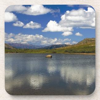 Lago alpino en la divisoria continental posavasos de bebida