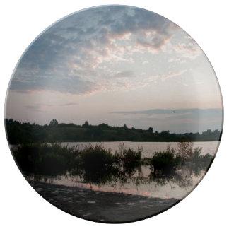 Lago antes del amanecer platos de cerámica