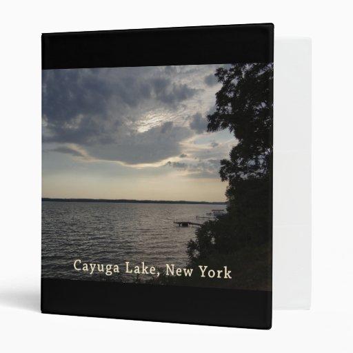 Lago azul Cayuga de la puesta del sol