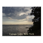 Lago azul Cayuga de la puesta del sol Postales