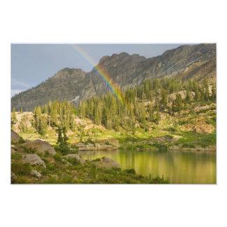 Lago Cecret con el arco iris sobre el castillo del Cojinete