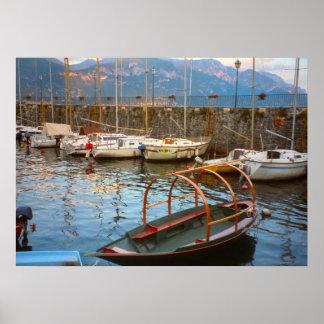 Lago Como, barco tradicional del lago en el puerto Impresiones
