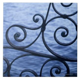 Lago Como, detalle, vista de la verja del hierro d Azulejo Ceramica