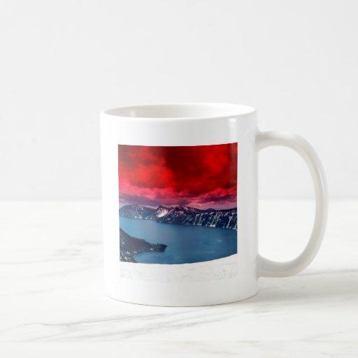 Lago crater de los cielos del escarlata de la pues taza de café
