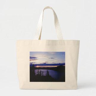 """""""Lago crater en la puesta del sol """" Bolsas De Mano"""