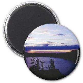 """""""Lago crater en la puesta del sol """" Imán Redondo 5 Cm"""