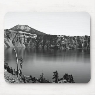 Lago crater - hermoso en blanco y negro mousepads