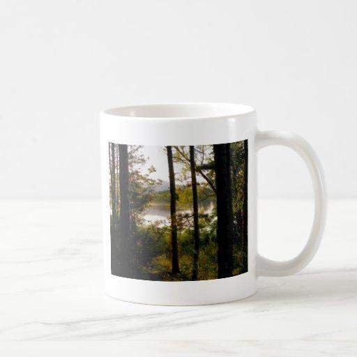 Lago del bosque de la montaña taza clásica