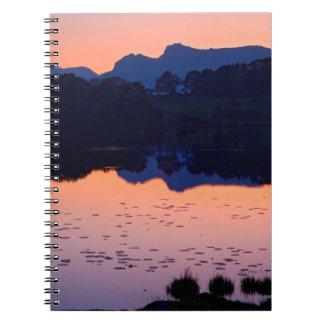 Lago en el cuaderno de la puesta del sol