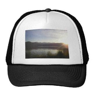 lago en la puesta del sol gorras