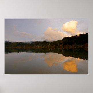 Lago en la puesta del sol póster