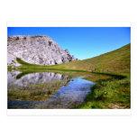 Lago en una cima de la montaña postales