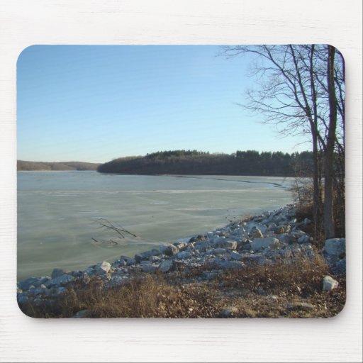 Lago helado y orilla rocosa alfombrilla de ratones
