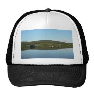 Lago mirror con la colina verde gorra