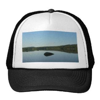 Lago mirror con la piedra en agua gorros bordados