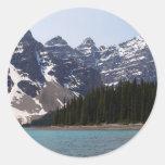 Lago moraine cerca de Lake Louise en Canadá Etiqueta Redonda