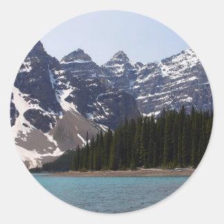 Lago moraine cerca de Lake Louise en Canadá Etiqueta