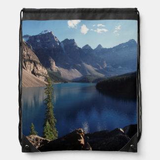 Lago moraine del parque nacional de Banff Mochila
