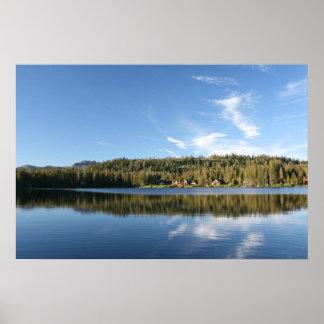 Lago mountain, bosque, cabinas, cielo azul poster