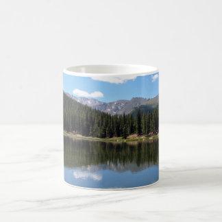 Lago Mt Evans Colorado echo Taza Básica Blanca