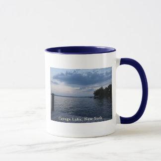 Lago NY Cayuga del cielo azul de la puesta del sol